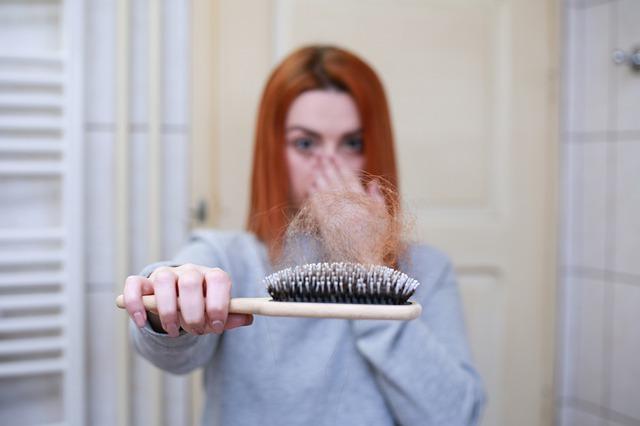 נשירת שיער אצל נשים: הפתרונות שיסייעו לכן לעצור את הנשירה